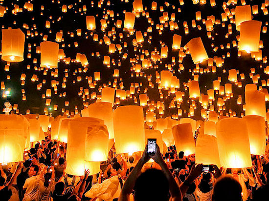 Празднование Лой Кратонга в Чангмае